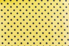 Schwarze Flecke auf gelbem Hintergrund Stockfoto