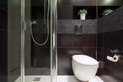 Schwarze Fliesen am Badezimmer Stockbilder