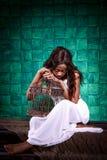 schwarze Frau Afrikaner mit einem Käfig lizenzfreie stockbilder