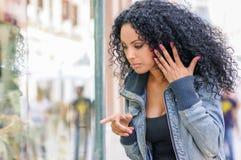 Schwarze Frau, Afrofrisur, das Systemsfenster betrachtend stockbilder