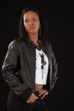 Schwarze Frau in der schwarzen Ausstattung Lizenzfreie Stockbilder