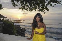 Schwarze Frau des bezaubernden Afroamerikaners in der schicken und eleganten Sommerkleideraufstellung entspannte sich auf Sommers Lizenzfreie Stockfotos