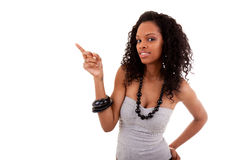Schwarze Frau des smiley, die etwas zeigt Lizenzfreie Stockfotos