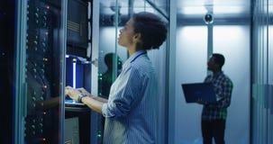 Schwarze Frau, die an Computer im Rechenzentrum arbeitet stock video