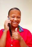 Schwarze Frau, die gute Nachrichten empfängt Lizenzfreie Stockfotografie