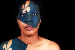 Schwarze Frau, die Quebec-Flagge trägt Stockbilder
