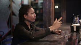 Schwarze Frau erhält an einer Bar betrunken stock footage