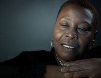 Schwarze Frau am Frieden stockfotografie