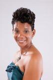 Schwarze Frau im Weiß Lizenzfreies Stockbild