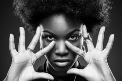 Schwarze Frau mit Afrofrisur Stockfotografie
