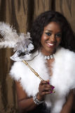 Schwarze Frau mit Karnevalsschablone stockfotografie