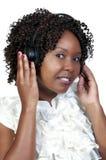 Schwarze Frau mit Kopfhörern Stockfotografie