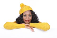 Schwarze Frau mit leerem weißem Brett Lizenzfreie Stockfotografie