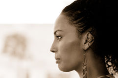 Schwarze Frau mit Ohrringen Afrofrisur lizenzfreies stockbild