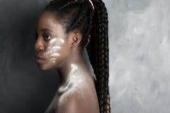 Schwarze Frau mit wite Pulver Stockbild