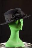 Schwarze Frau ` s Hut mit Bogen auf Mannequinkopf Stockfoto