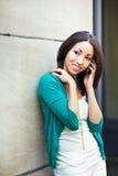 Schwarze Frau am Telefon Stockfotografie