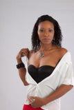 Schwarze Frau, welche die Kamera mit einem Lächeln betrachtet Lizenzfreie Stockfotos