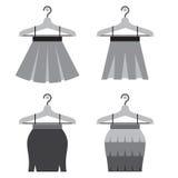 Schwarze Frauen-Röcke mit Aufhängern Lizenzfreies Stockfoto