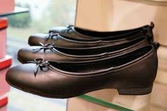 Schwarze Frauen ` s Schuhe auf einer Flohmarkt Lizenzfreie Stockbilder