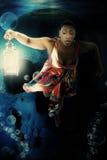 Schwarze Frauen-Unterwasserkleid-Fantasie stockfoto