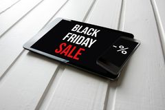Schwarze Freitag-Verkaufsförderung auf Computertablettenschirm, auf Weiß Stockbilder