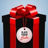 Schwarze Freitag-Verkaufswerbungs-Vektorillustration, schwarze Geschenkbox mit rotem Bogen lizenzfreie abbildung