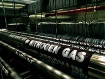 Schwarze Gasleitung unter angehobenem Boden Industrielles Konzept des Brennstoffs und der Energie lizenzfreie stockfotos