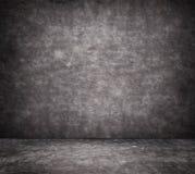 Schwarze gebrochene Betonmauerbeschaffenheit mit Bürgersteig Stockfoto