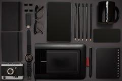 Schwarze Gegenstände vom Büro auf einem dunkelgrauen Hintergrund Bearbeiten Sie lizenzfreie stockfotografie