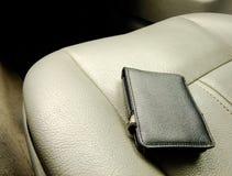 Schwarze Geldbörse auf Front Seat Stockfoto