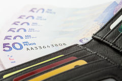 Schwarze Geldbörse gefüllt mit Geld und Karten Lizenzfreie Stockfotografie