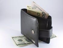 Schwarze Geldbörse mit Dollar Lizenzfreie Stockfotografie