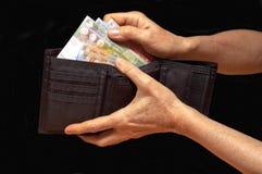 Schwarze Geldbörse mit Geld Stockfoto