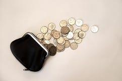 Schwarze Geldbörse mit Geld auf weißem Hintergrund lizenzfreie stockfotografie