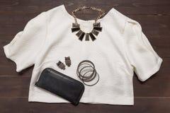 Schwarze Geldbörse, silberne Armbänder, silberne Ohrringe, Halskette, Whit Stockbilder