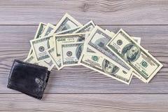 Schwarze Geldbörse und Geld stockfoto