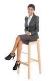 Schwarze Geschäftsfrau gesetzt auf Stuhl lizenzfreie stockfotografie