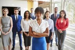 Schwarze Geschäftsfrau und ihr Geschäft team, gruppieren Porträt lizenzfreie stockfotos