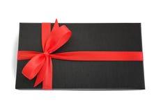 Schwarze Geschenkbox (Geschenk) mit rotem Satinbandbogen Stockfoto