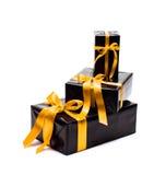 Schwarze Geschenkbox mit gelbem Satinband Lizenzfreie Stockfotos