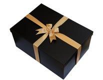 Schwarze Geschenkbox mit Goldband und Bogen lokalisiert auf Weiß (Beschneidungspfad) Stockfoto