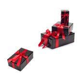 Schwarze Geschenkbox mit rotem Satinband und -bogen Lizenzfreies Stockbild