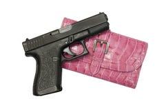 Schwarze Gewehr und rosafarbener Kupplungs-Handbeutel Stockbild