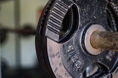 Schwarze Gewichte in der Turnhalle lizenzfreie stockfotos
