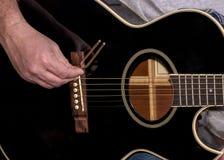 Schwarze Gitarre und Stimmgabel Lizenzfreie Stockfotografie