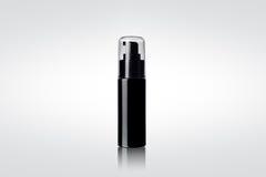 Schwarze glänzende kosmetische Sprühflasche Lizenzfreies Stockbild