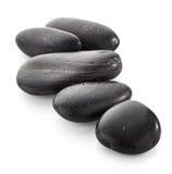 schwarze glänzende Zensteine mit Wasser fällt über schwarzen Hintergrund Lizenzfreies Stockbild