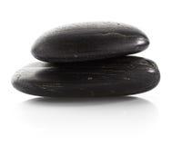 schwarze glänzende Zensteine mit Wasser fällt über schwarzen Hintergrund Stockfoto
