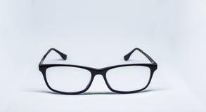 Schwarze Gläser auf weißem Hintergrund Stockbilder